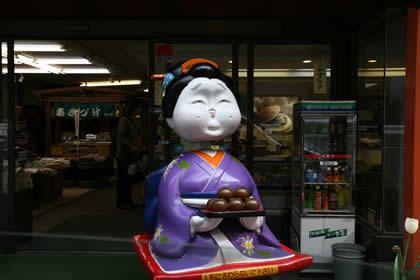 小荒井製菓の入り口の人形