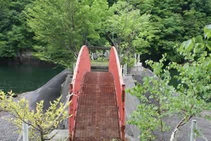 洞元湖の孤島の神社