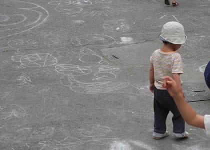 中央児童遊園(るなぱあく)入り口近辺の落書き