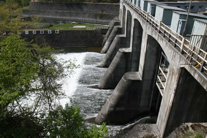 須田貝ダム下の堤防